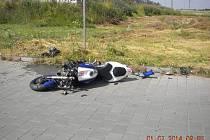 Čtyřiačtyřicetiletý motorkář nepřežil kolizi s osobním autem.