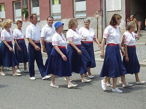 Členové Sokola kráčejí na hřiště.