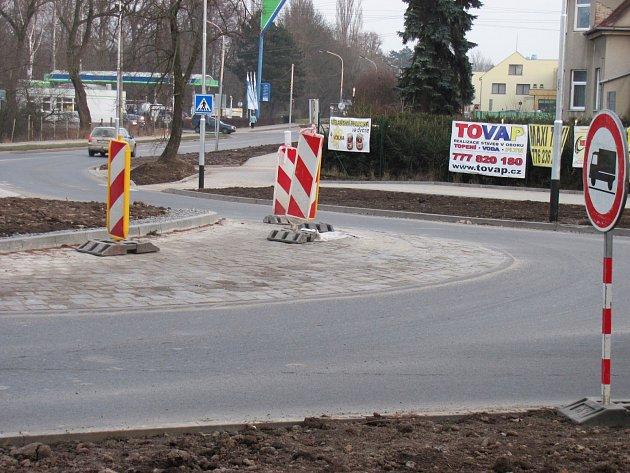 Z nového kruhového objezdu ve vyškovské místní části Dědice se už uvolňují kostky. Podle dodavatele stavby jsou na vině těžká nákladní auta. Odborníci ale mají jiný názor.