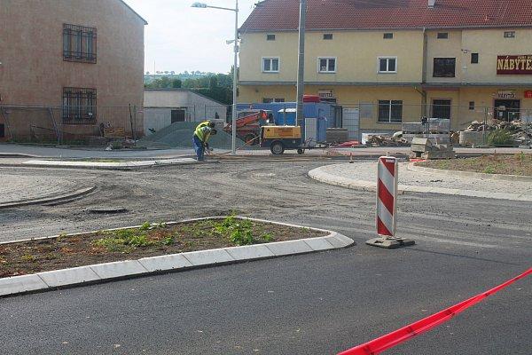 Dělníci předělávají nový kruhový objezd vRousínově.