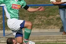 Dědický fotbalista Michal Slavíček úspěšně zastavil průnik bohunického soupeře Radka Švrčiny.