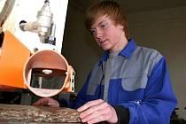Osmnáctiletý Pavel Haizler z Podbřežic se učí na truhláře. jednou si chce otevřít vlastní dílnu.