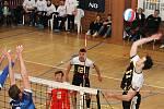 V prvním utkání čtvrtfinále play-off I. ligy porazili volejbalisté Sokola Bučovice (modré dresy) Spartak Velké Meziříčí 3:0.