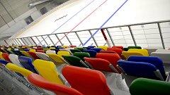 Vyškovský zimní stadion už má ledovou plochu i barevné sedačky.