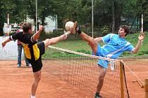 Vyškovští a Holubičtí nohejbalisté (vzájemný zápas na snímku) se potkávají v jihomoravském krajském přeboru už několik let. V letošní sezoně myslí vysoko hlavně Holubice.