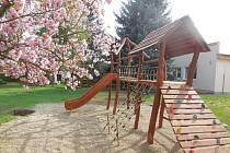 V přístavbě je herna pro celkem osmadvacet dětí. Ve školní zahradě jsou pak herní sestavy, houpačka, opičí dráha i naučné interaktivní panely. Foto: GRANTEX ADVISORY GROUP