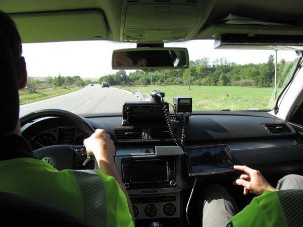 Redaktor Vyškovského deníku Rovnost vyrazil spolicejní hlídkou na mezinárodní silnici I/50. Preventivně bezpečnostní akce měla za cíl upozornit řidiče, že spolicejními passaty se nemusí potkávat jen na dálnici.