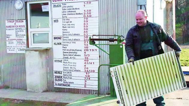 ZMIZÍ VÝKUPNY? Že zákazníků stále ubývá, o tom ví své například pracovník rousínovské výkupny kovů Michal Svoboda.