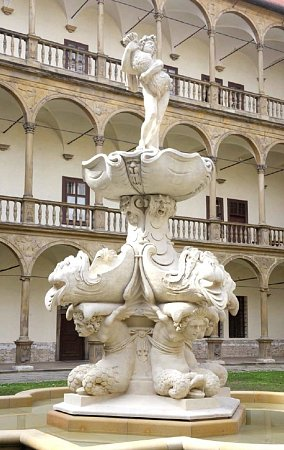 Opravená Bakchova fontána na nádvoří bučovického zámku.