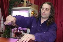 Podle majitele vinotéky Tomáše Baláta pochází až osmdesát procent tržeb vinoték z prodeje sudového vína. Uvedeno do souvislostí to znamená, že jejich zánik by přinesl velké problémy malým vinařům tím, že by přišli o distribuční kanály.