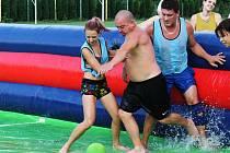 Turnaj ve vodním fotbale v Lysovicích přišel vhod nejen dětem, ale i dospělým.