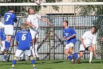 Tým dědických fotbalistů (ve světlém) na své cestě k podzimnímu triumfu překonal i v tomto zajímavém zápase družstvo Šardic.