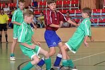 Futsalový oddíl Amor Vyškov zaznamenal historický úspěch.  I když se jeho týmu dvanáctiletých příliš nedařilo (na snímku vyškovští hráči obkličují chlapce z celku Chotěboře), jejich o dva roky mladší kolegové dosáhli na titul mistra České republiky.