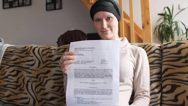 Onkologická pacientka Michaela Grimová z Lysovic s dopisem, ve kterém pojišťovna zamítá proplacení biologické léčby.