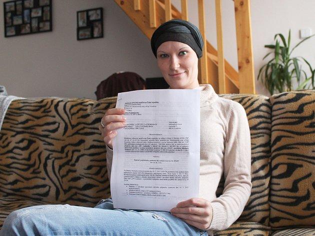 Onkoligická pacientka Michaela Grimová z Lysovic s dopisem, ve kterém pojišťovna zamítá proplacení biologické léčby.