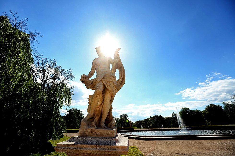 V zámeckém parku ve Slavkově u Brna pokračují restaurátorské práce na barokních sochách, které byly vytvořeny před třemi staletími.