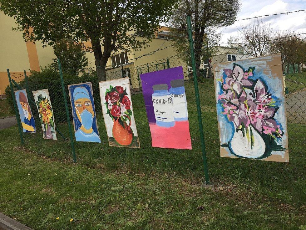 Žáci děkují uměleckou formou lékařům, zdravotníkům i dobrovolníkům za to, že pomáhají zachraňovat lidské životy. Foto: Základní škola Purkyňova