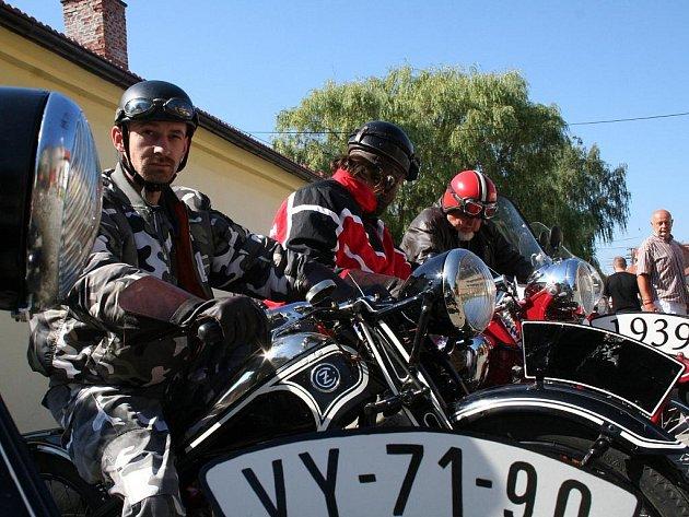Jubilejní desátý ročník tradičního srazu přátel historických vozidel v Habrovanech.
