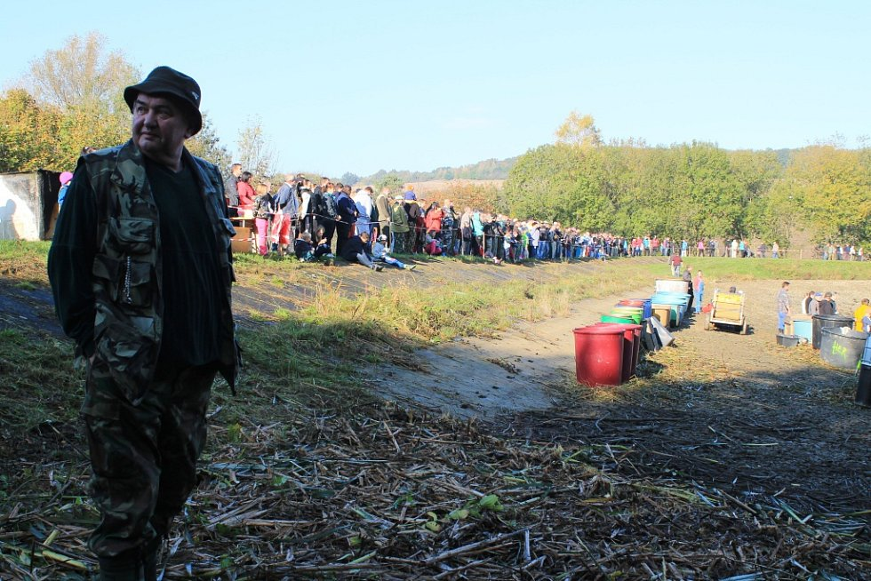 Pavlovický rybník se dočkal výlovu poprvé po devětatřiceti letech. S ohledem na to rybáři doufali ve znamenitý úlovek.
