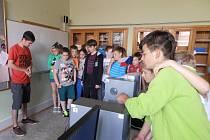 Děti z otnické základní školy při programování robotů.