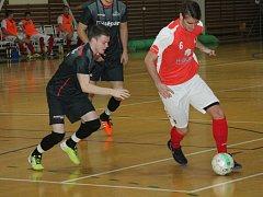 Futsalový divizní střet vyškovského Brikety-pelety Štěpán (v tmavém) a brněnského Arsenalu byl plný nečekaných situací. Hosty dlouho hřál pohodlný náskok, nakonec ale málem odjeli bez bodu.