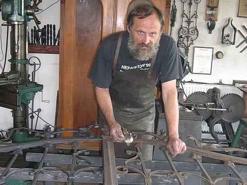 Umělecký kovář Oldřich Bartošek vyrábí stejně jako po staru bez svařování jen za použití nýtů přesnou kopii brány staré dvě stě let.