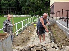Předseda TJ Sokol Ladislav Grmela (vpravo) a místostarosta Moravských Málkovic František Přikryl připravují brigádně základy pro nosné sloupy ve sportovním areálu.