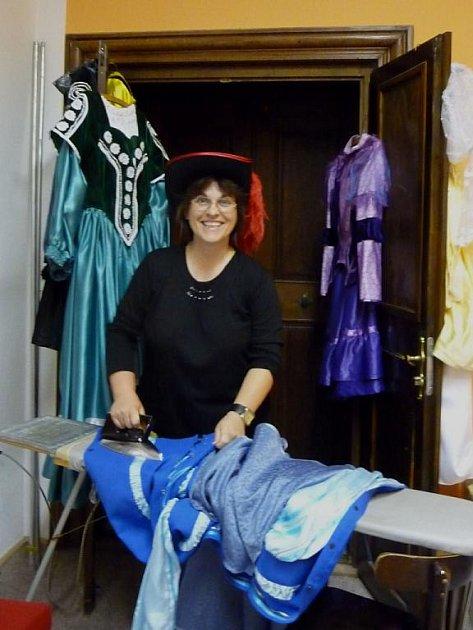 Ludmila Nosková, která vede ochotnické divadlo ve Slavkově u Brna, žehlí kostým na slavkovské Shakespearovské divadelní dny.