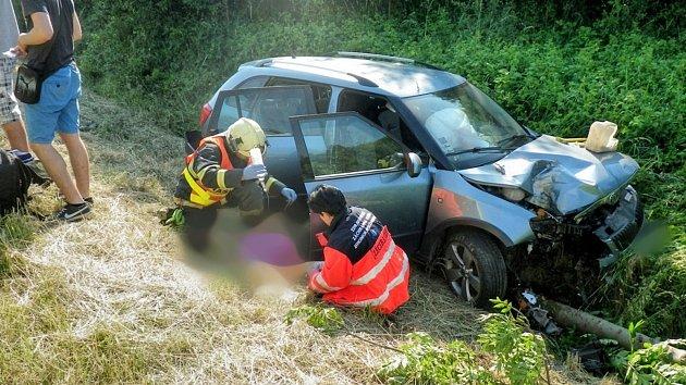 Zřejmě usnul a se Škodou Fabií slovenské poznávací značky narazil do stromu. Hasiče, zdravotníky a policisty zaměstnala vsobotu ráno nehoda osobního auta na silnici I/50 ve směru zMalínek na Brankovice.