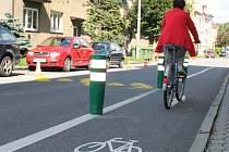 Po zpomalovacích terčích toužili obyvatelé ulice 9. května ve Vyškově dlouho. Kvůli obavám z toho, že je řidiči budou objíždět, radnice v jejich blízkosti umístila i trojici ohebných sloupků. Ty mají před auty chránit cyklisty na stezce.
