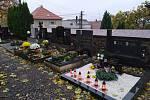 Hroby svých blízkých upravovali také návštěvníci městského hřbitova v Bučovicích.