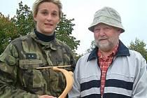 Barbora Špotáková s řezbářem Otakarem Jakubčíkem