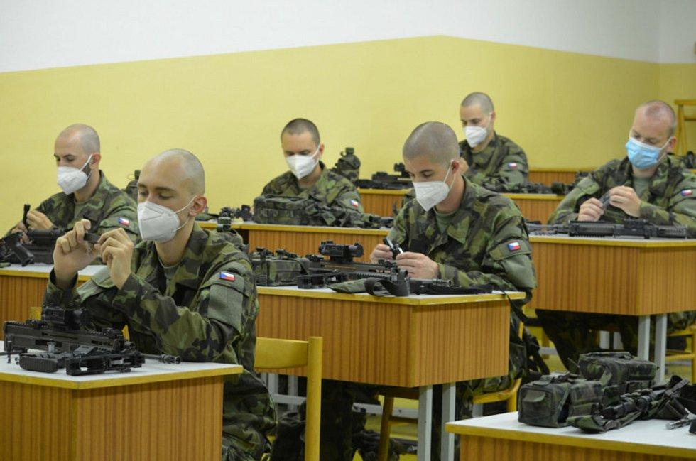 Srpnový nástup nováčků na intenzivní vojenský výcvik.