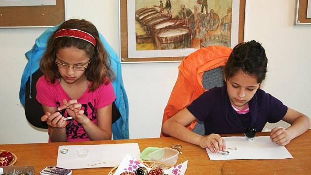 Děti z vyškovské Základní školy Letní pole předváděly, jak se zdobí kraslice vysekávanými kousky slámy.