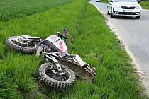 U Podomí naboural motorkář do osobního auta. Vrtulník zraněného řidiče přepravil do nemocnice.