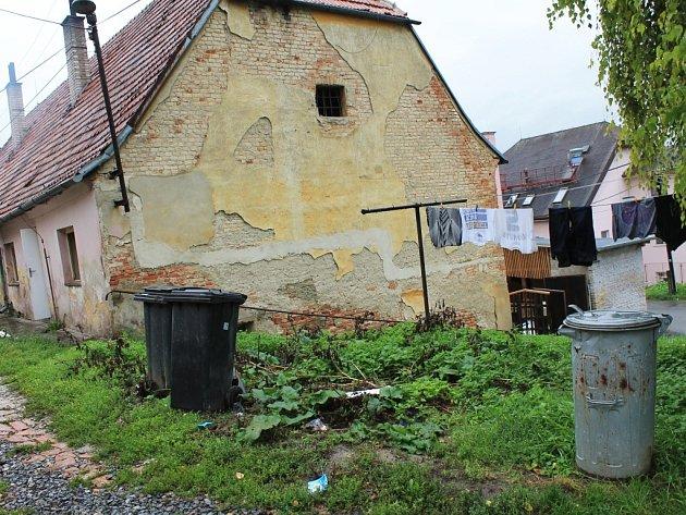 Takzvaná sýpka, dům který využívají sociální rodiny a především romští obyvatelé. Je v ní jen jedno sociální zařízení, a tak své exkrementy vylévají v kýblech do kanálu vedle domu.