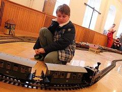 Vánoční ježdění se zahradní železnicí přilákalo do milešovické základní školy desítky dětí. Obdivné komentáře pronášeli i dospělí. Za dokonalým a velmi lákavým světem v miniaturním měřítku ovšem stojí hodně času, úsilí a peněz.
