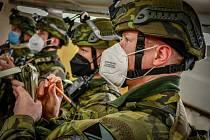 Vojáci se připravují na misi ve vojenském újezdu Březina. Foto: Ladislav Kabát
