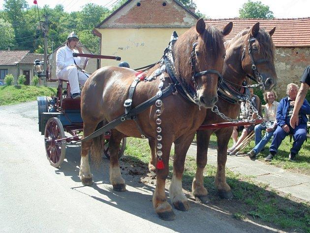 KRÁSA ZAŠLÝCH ČASŮ. Na oslavě 110. výročí založení Sboru dobrovolných hasičů z Kožušic je k vidění i stříkačka tažená koňským spřežením.