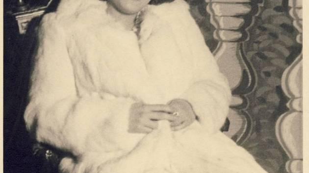 Obraz vzniknul v době, kdy Miluše Obdržálková měla sedmadvacet let. Dnes jí už táhne na čtyřiadevadesát. Přesto oplývá obdivuhodným životním elánem.