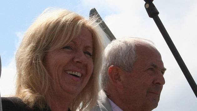Starostka Drnovic Zuzana Hermanová a místostarosta Antonín Dvořák odpovídali na dotazy místních i Deníku.