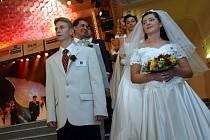 Mladé nevěsty nebo ženichové jsou na radnicích, zámcích nebo taky v kostelích spíš raritou.