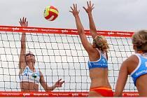 Do Slavkova u Brna se sjede tuzemská ženská beachvolejbalová elita. Koná se tam totiž mistrovství republiky pod názvem Kooperativa Cup 2008. K favoritkám patří i Soňa Nováková (vlevo) a Hana Klapalová (blokuje na síti).