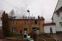 Požár střechy domu v Rychtářově.