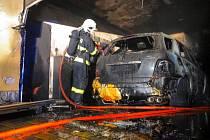 Požár auta ve slavkovské garáži.