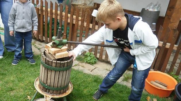Děti si vyrobí vlastní mošt.