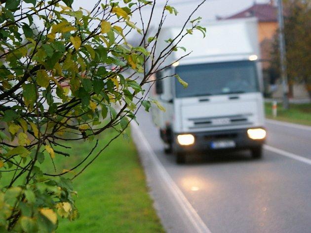 Rekonstrukce silnice mezi Rousínovem a Tučapy počítá s moderními prvky, které donutí řidiče zpomalit. Zklidnění dopravy očekávají třeba v Tučapech, kde pod kopcem při vjezdu do obce ve směru od Vyškova vznikne zpomalovací ostrůvek.