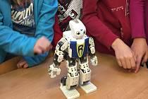 Programováním je možné upravovat fungování humanoidního robota. Poslouží jako učební pomůcka.