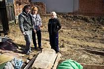 Členové rodiny Hanákových našli při bourání statku smírčí kámen zasazený v jedné ze zdí stavení.