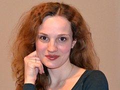 Kateřina Schönová hostuje v operním souboru Moravského divadla Olomouc.zpívá ve sboru a učí na základní umělecké škole.